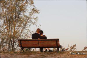amoureux sur le bancs publics